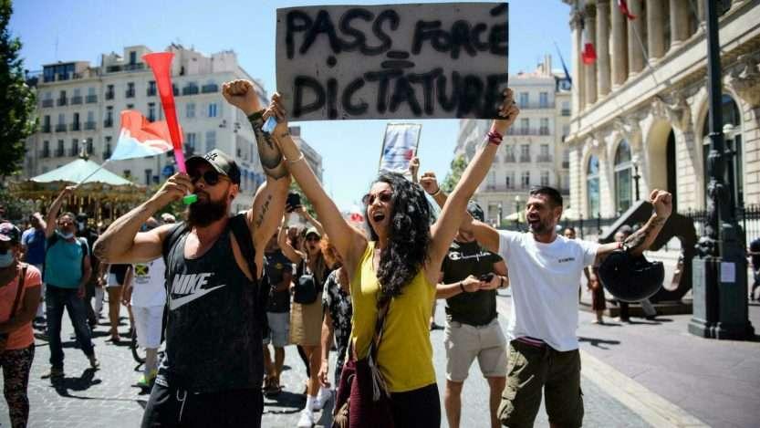 """114.000 personnes défilent en France contre la """"dictature de la santé"""""""