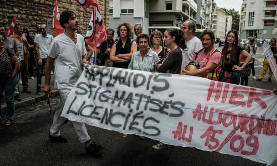 Personnel infirmier exposé hier à Lyon affichant une banderole qui dit : «Applaudissements hier, stigmatisation aujourd'hui, licencié le 15/9.»