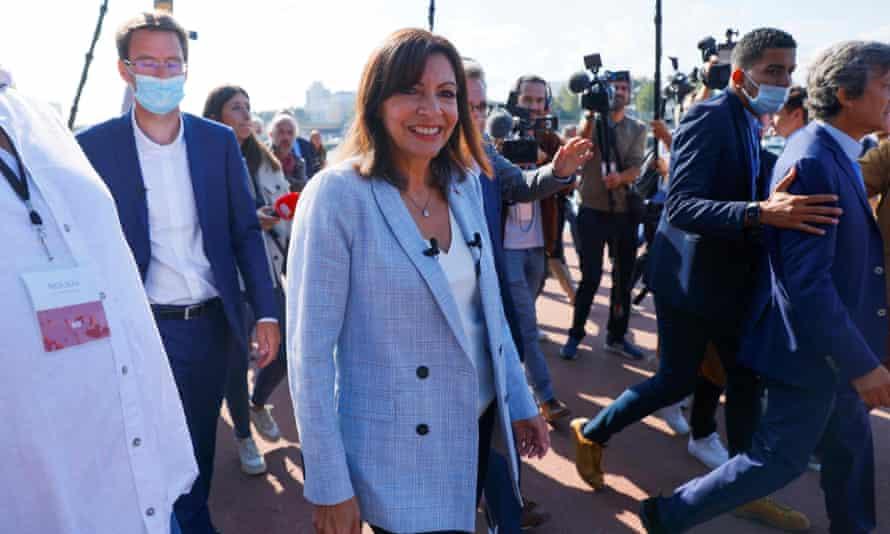 La maire de Paris, Anne Hidalgo, entourée de journalistes à Rouen, dans l'ouest de la France