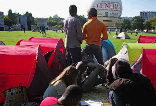 Un groupe de réfugiés dans le camp d'urgence