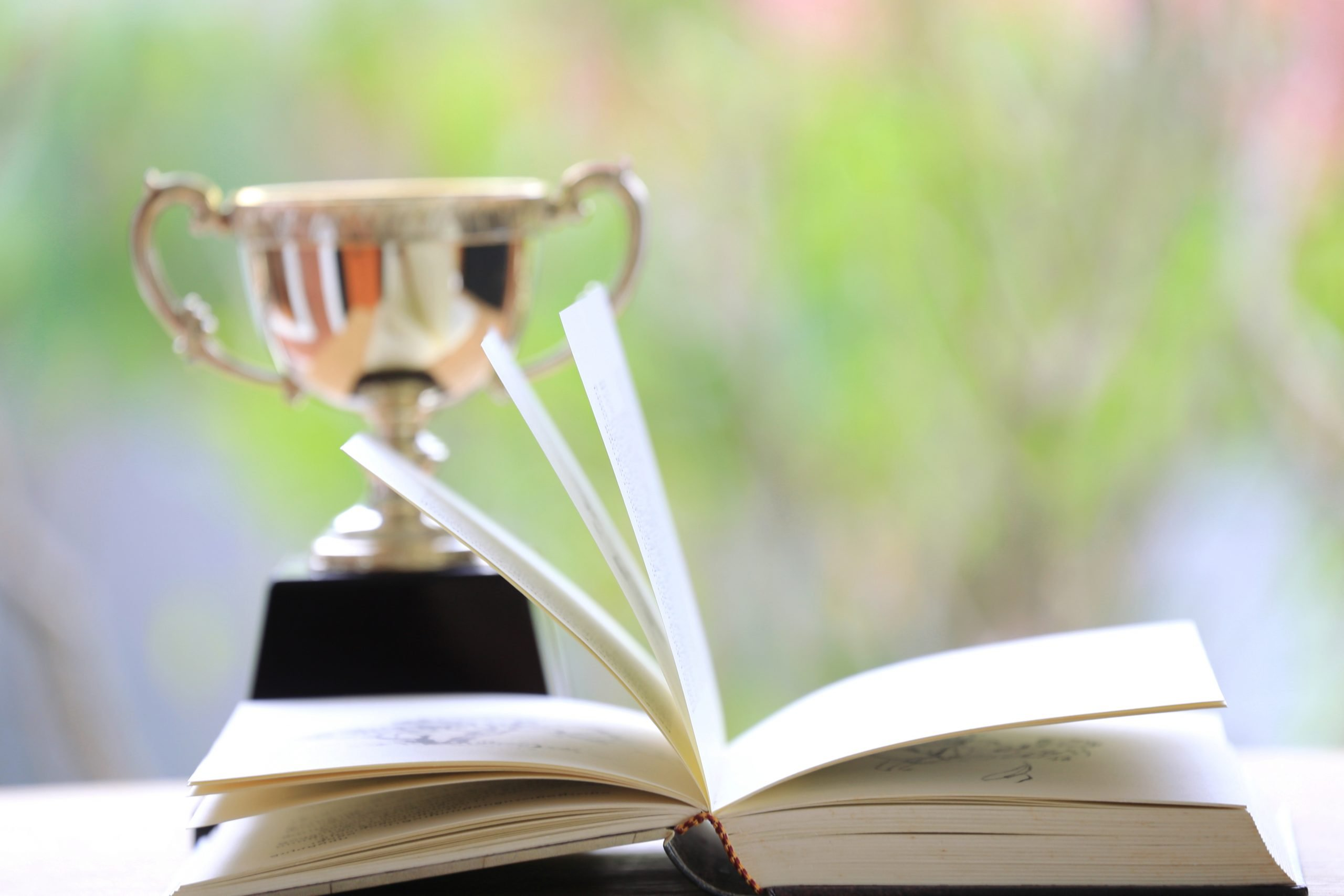 Report des prix littéraires par solidarité avec les librairies fermées.
